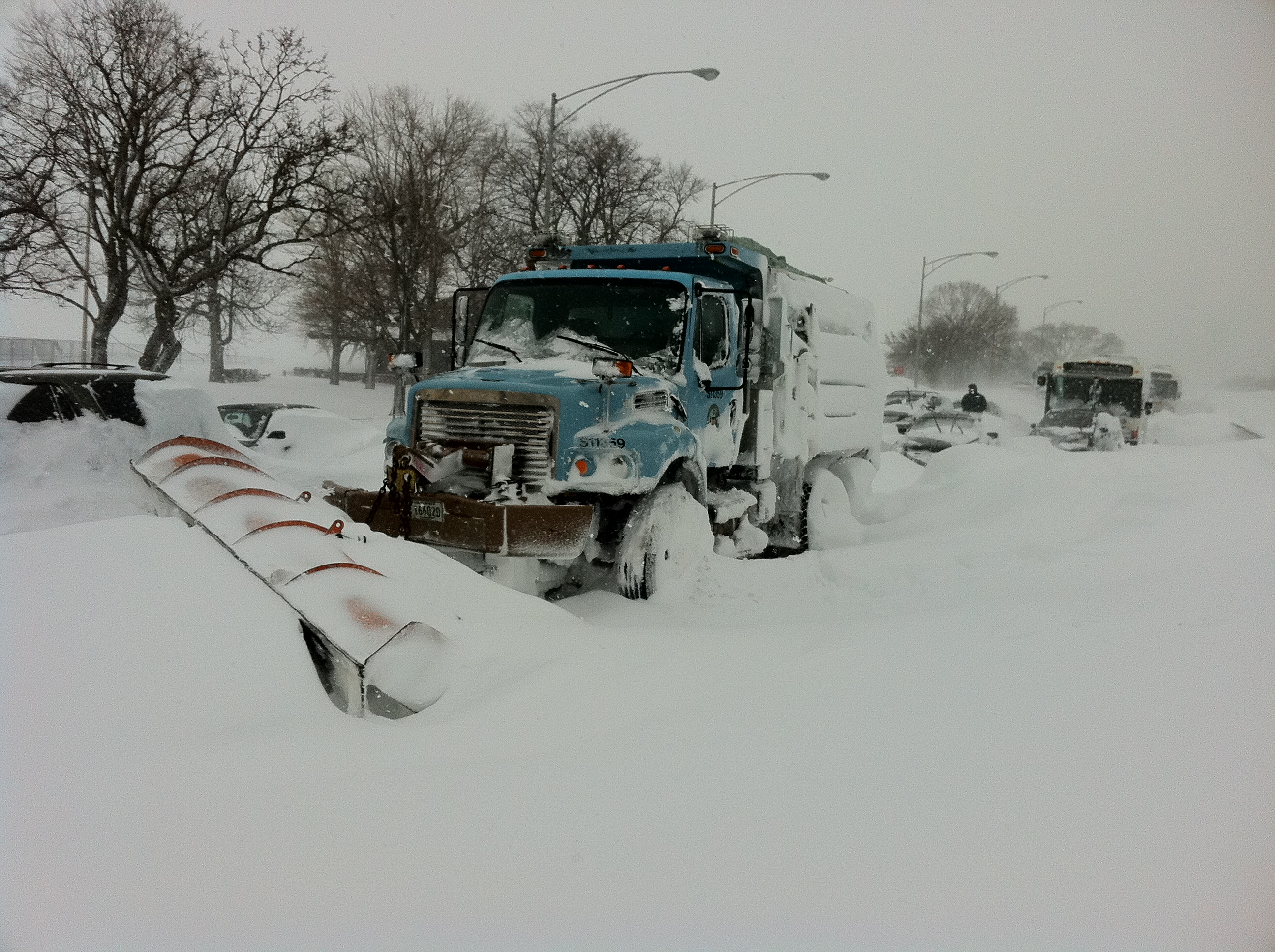 Stuck_Salt_Truck_on_Lake_Shore_drive_Chicago_Feb_2_2011_storm